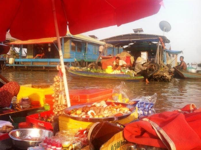 JMorente, ¡Esto es Camboya!, Kulong Pong, floating village, barca, comercio, comida, bebida